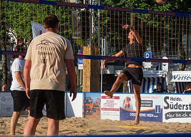 Volleyballer am Netz im Sprung