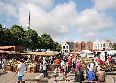 Wochenmarkt mit Skyline Heider Höfe im Hingergrund