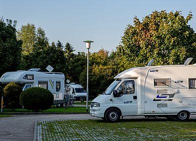 Heide Wohnmobilstellplatz mit Wohnwagen