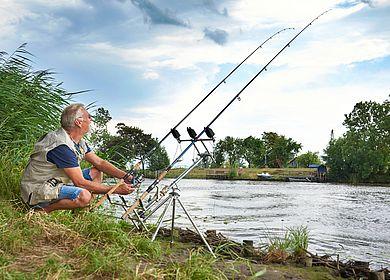 Angler in der Flusslandschaft Eider