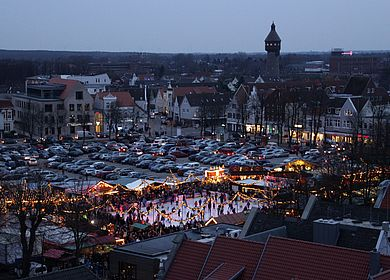 Blick vom Rathausdach auf die Heider Winterwelt