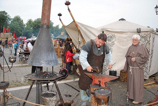 Schmied bei der Arbeit auf dem Heider Marktfrieden 2012