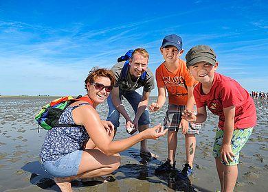 Familie im Watt in der Nordsee bei Dithmarschen