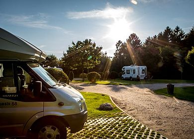 Wohnmobilstellplatz Heide mit Wohnwagen im Vordergrund