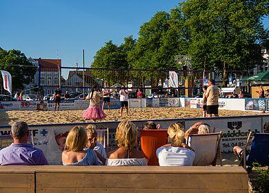 Marktstrand Volleyballfeld mit Zuschauern