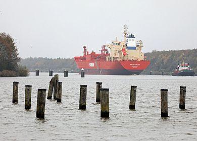Containerschiff auf Nord-Ostsee-Kanal