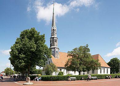 St. Jürgen Kirche mit Bäumen