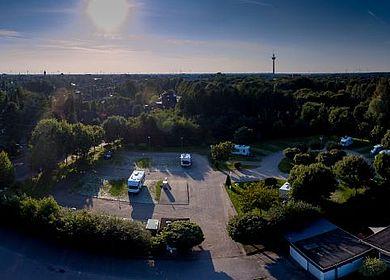 Heide Wohnmobilstellplatz Blick von Oben Richtung Heide